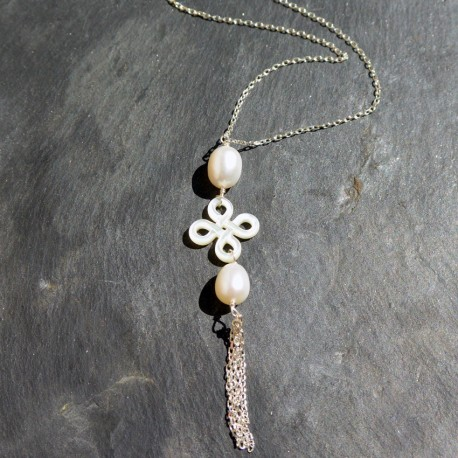 Collier Noeud Chinois en perles d'eau douce et nacre blanche